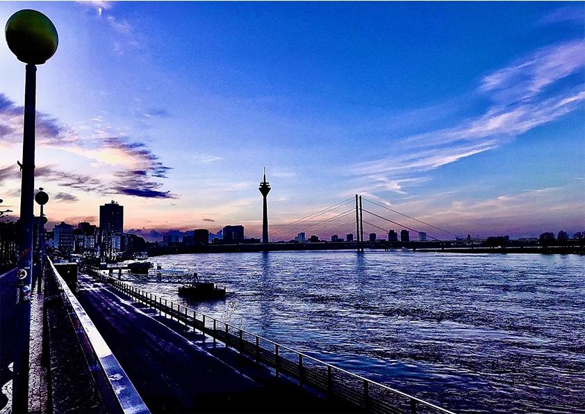 Aufnahme Düsseldorf Rhein in Blau